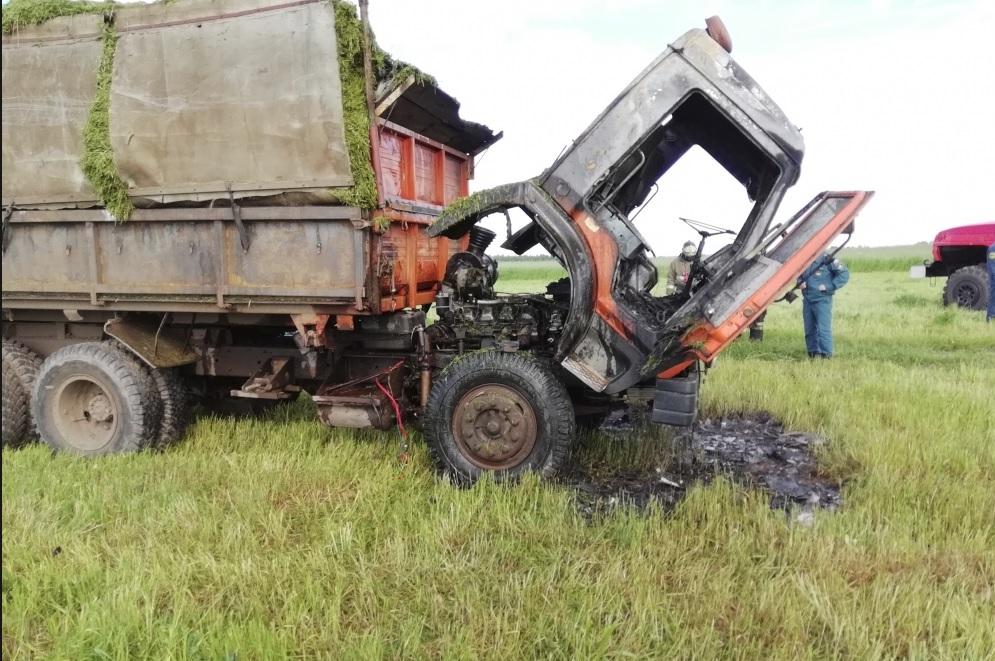 В Ярославской области во время сборки сена загорелся грузовик
