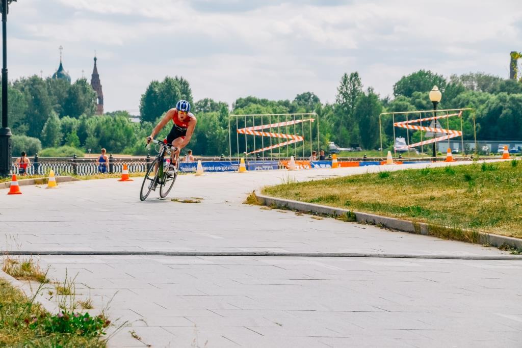 Сильнейшие спортсмены страны приняли участие в чемпионате России по триатлону в Ярославле