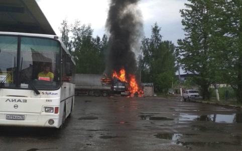 В Ярославле сгорела фура с туалетной бумагой