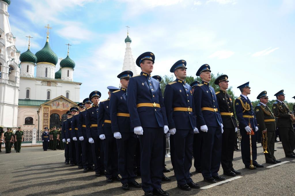 Курсанты училища ПВО исполнили африканский танец в центре Ярославля: видео