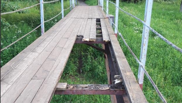 В Рыбинске разрушается подвесной мост через реку Коровку