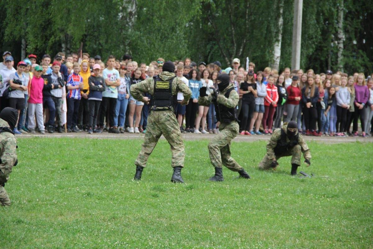 Воспитанникам «Молодой гвардии» показали, как задерживают преступников