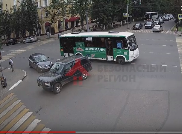 В Ярославле внедорожник столкнулся с маршруткой с пассажирами: видео