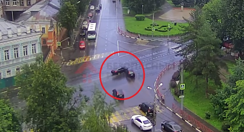 В сети появилось видео ДТП на перекрестке улицы Победы и проспекта Октября