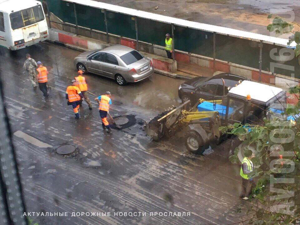 В Ярославле рабочие ремонтировали дорогу в ливень