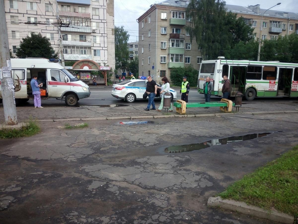 В Рыбинске мужчина выпал из автобуса и разбил себе голову