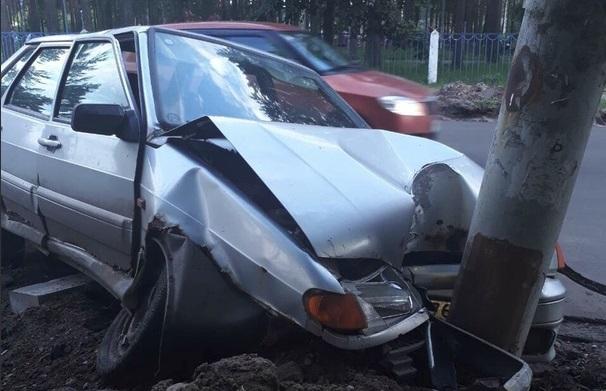 В Ярославле «Лада», водитель которой заснул за рулем, врезалась в столб