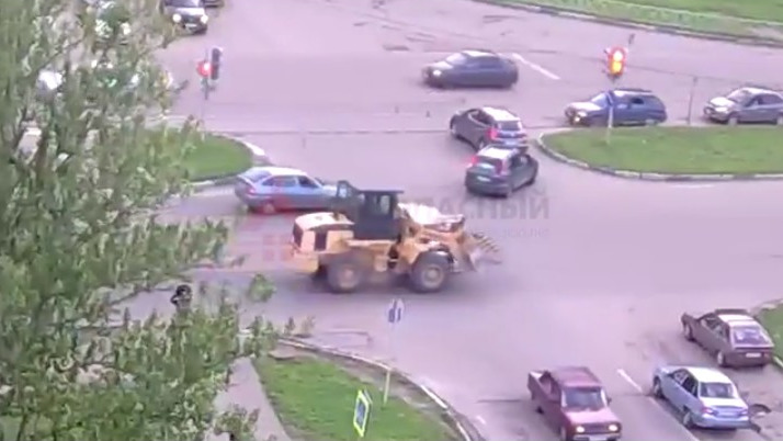 В Ярославле трактор наехал на легковушку: видео