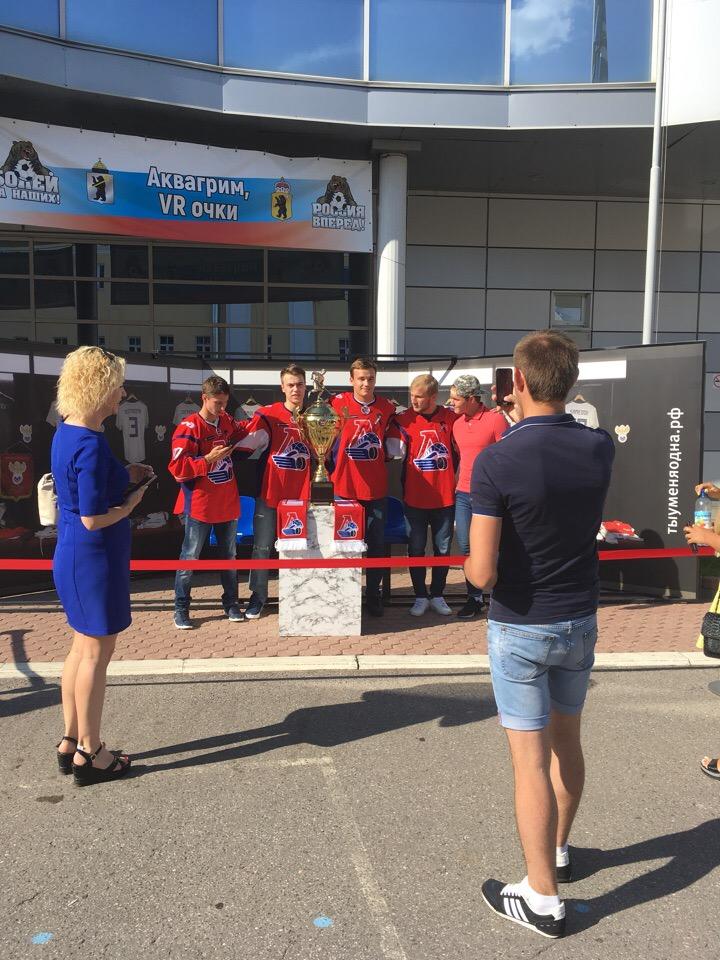 Сотни ярославцев сфотографировались с Кубком Харламова перед финалом чемпионата мира по футболу