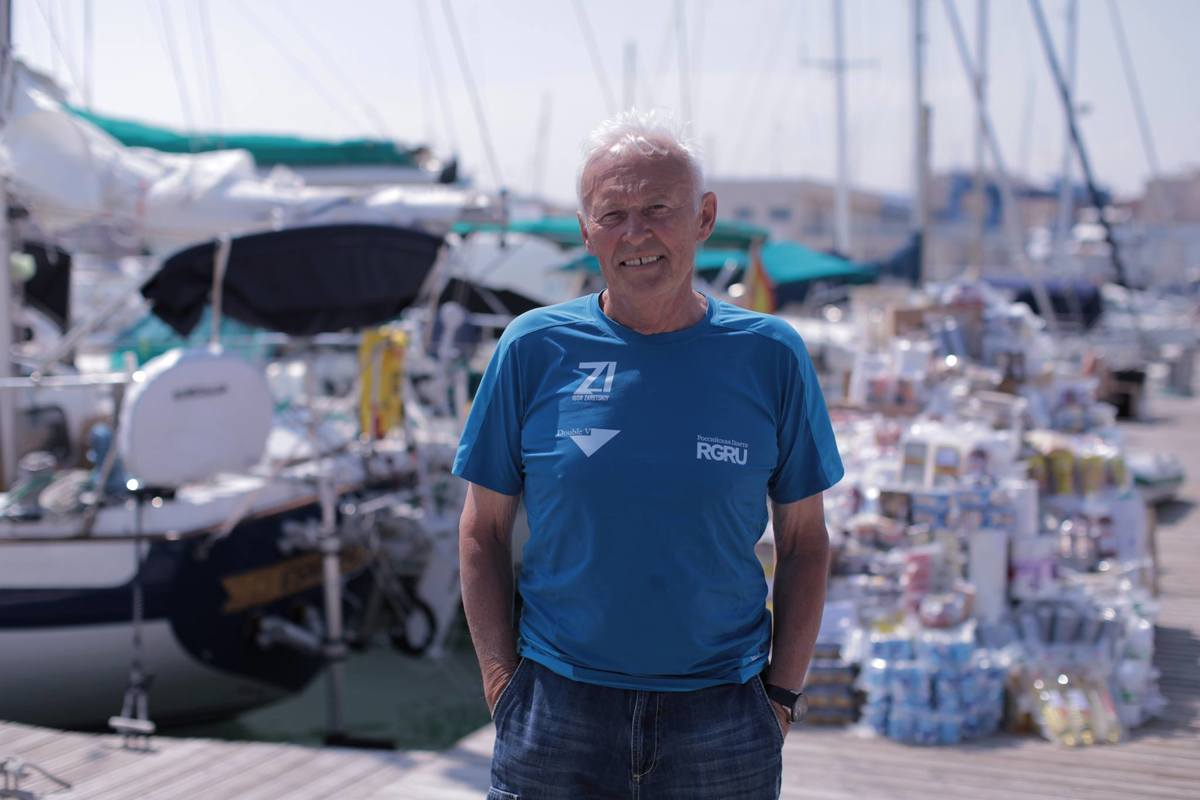 Ярославцу Игорю Зарецкому во время кругосветной регаты пришлось устранять повреждение паруса