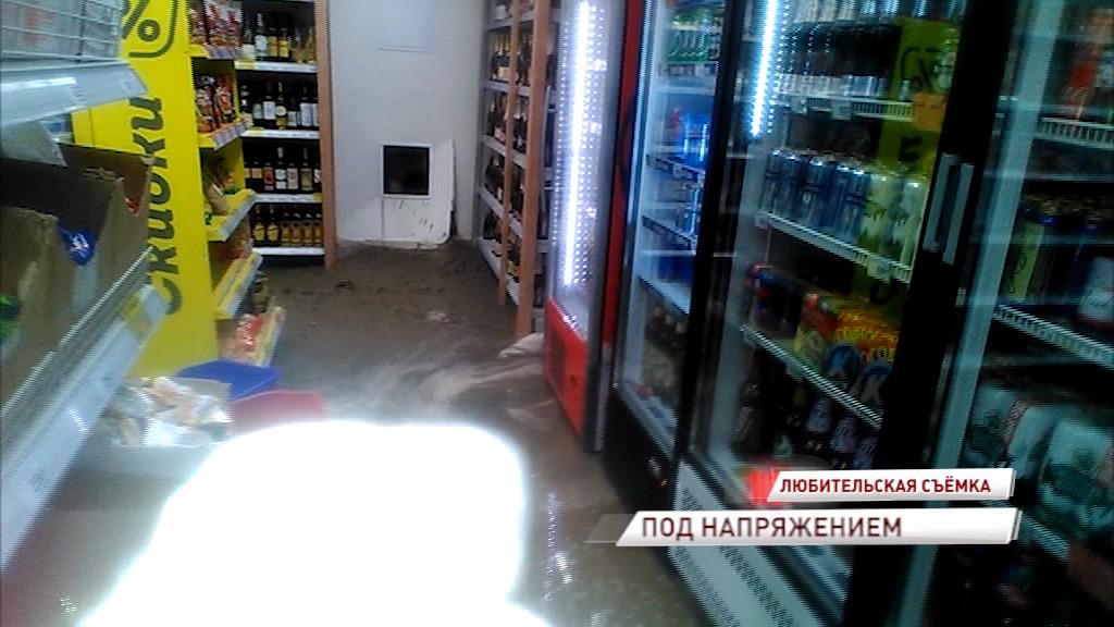 В центре Ярославля топит супермаркет, а сотрудников заставляют убирать воду под напряжением: видео