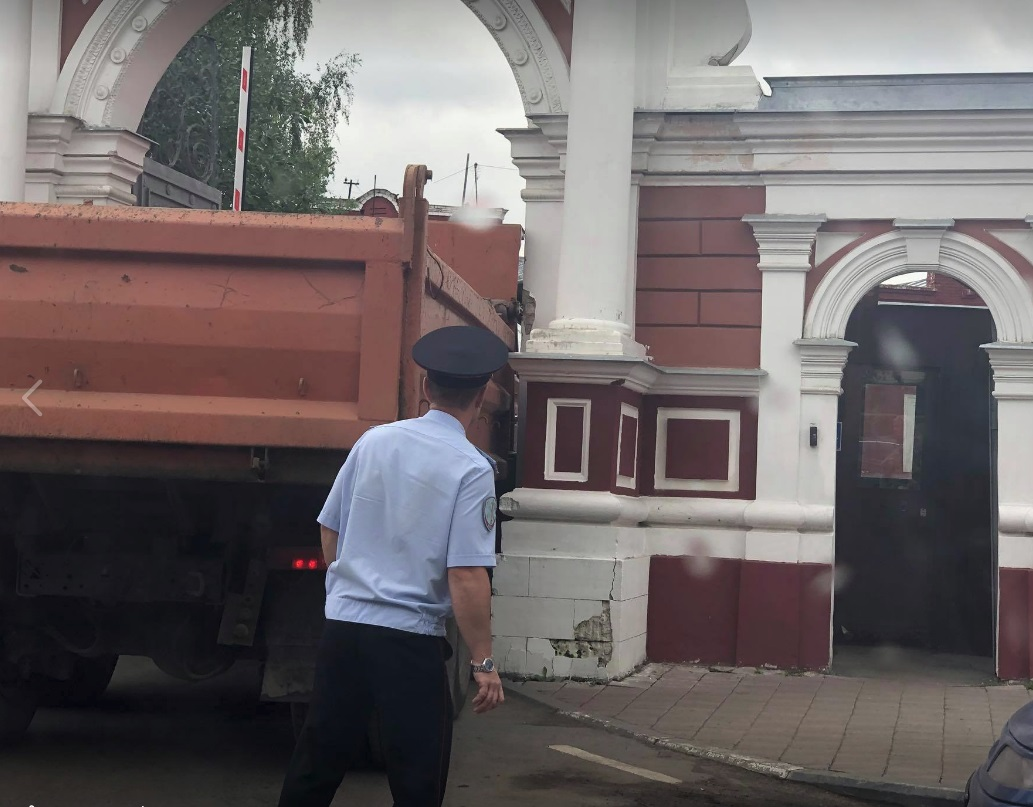 Что-то пошло не так: в центре Ярославля КамАЗ не вписался в ворота здания РОВД
