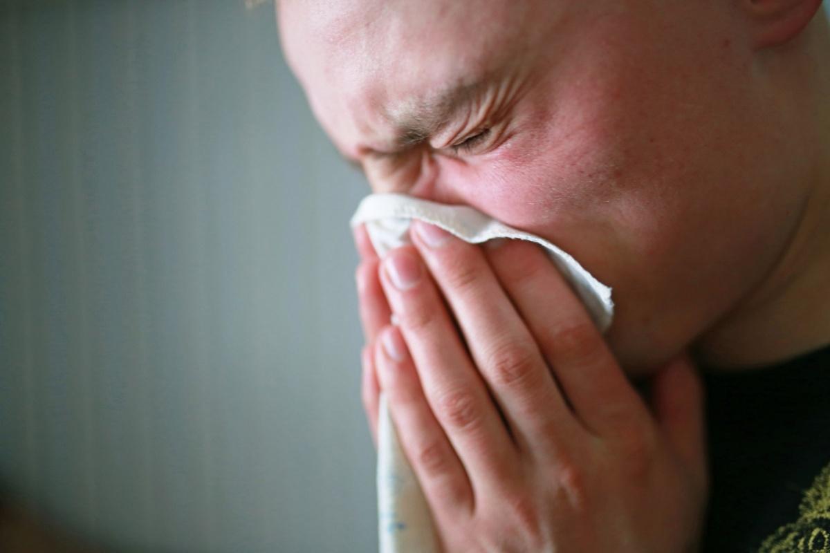 Пить больше двух литров воды в день — опасно: как пережить летнюю жару