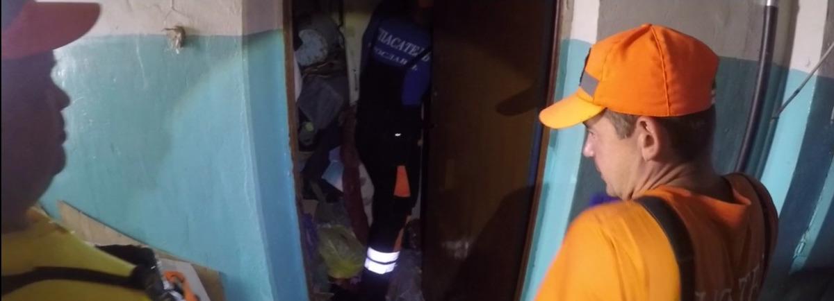 Ярославские спасатели прорвались в квартиру к пенсионеру через горы его мусора