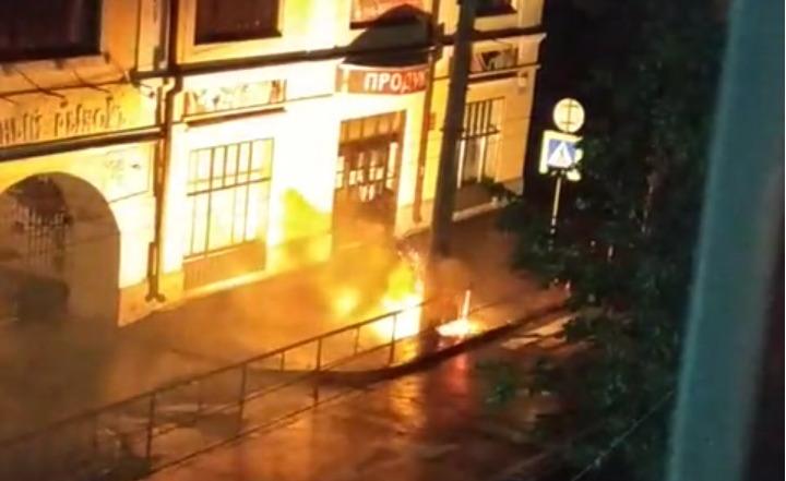В центре Рыбинске загорелся фонарный столб: видео