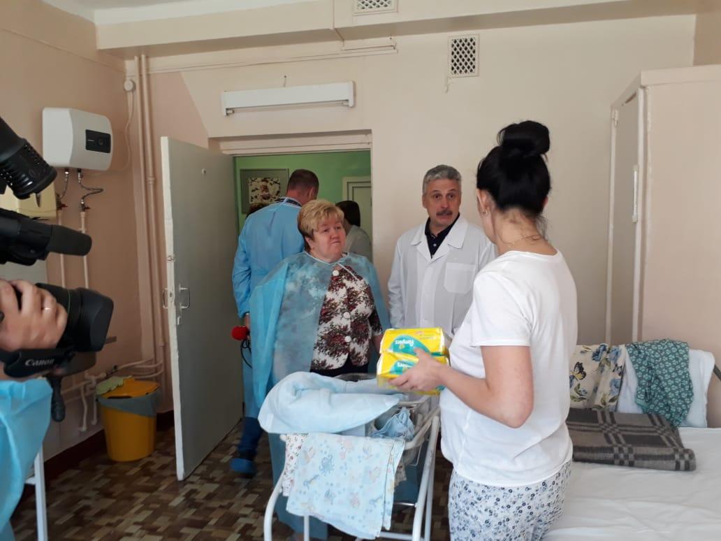 Родильный дом клинической больницы №9 получил 50 коробок с памперсами