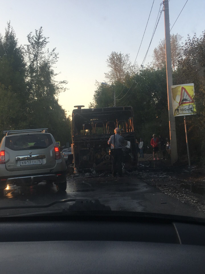 В Заволжском районе Ярославля автобус с пассажирами загорелся прямо на ходу