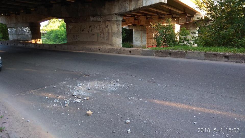 В центре Рыбинска рушится автомобильный мост