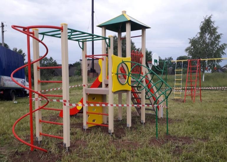 В Тутаевском районе за счет средств гранта установили новые детские площадки