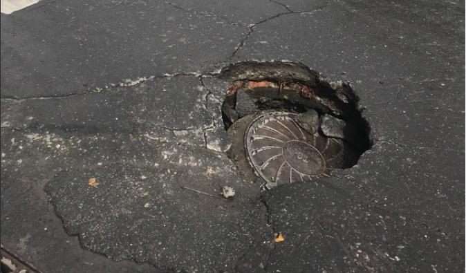 В Рыбинске на одной из центральных улиц провалился асфальт