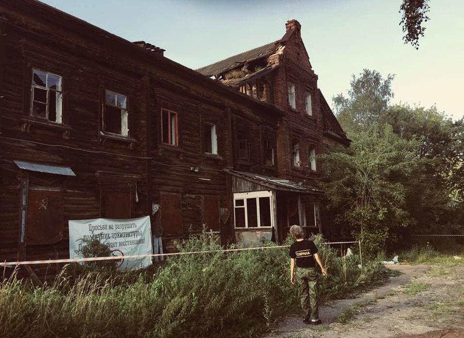 У сгоревшего дома-памятника в Ярославле мэрия выставила охрану