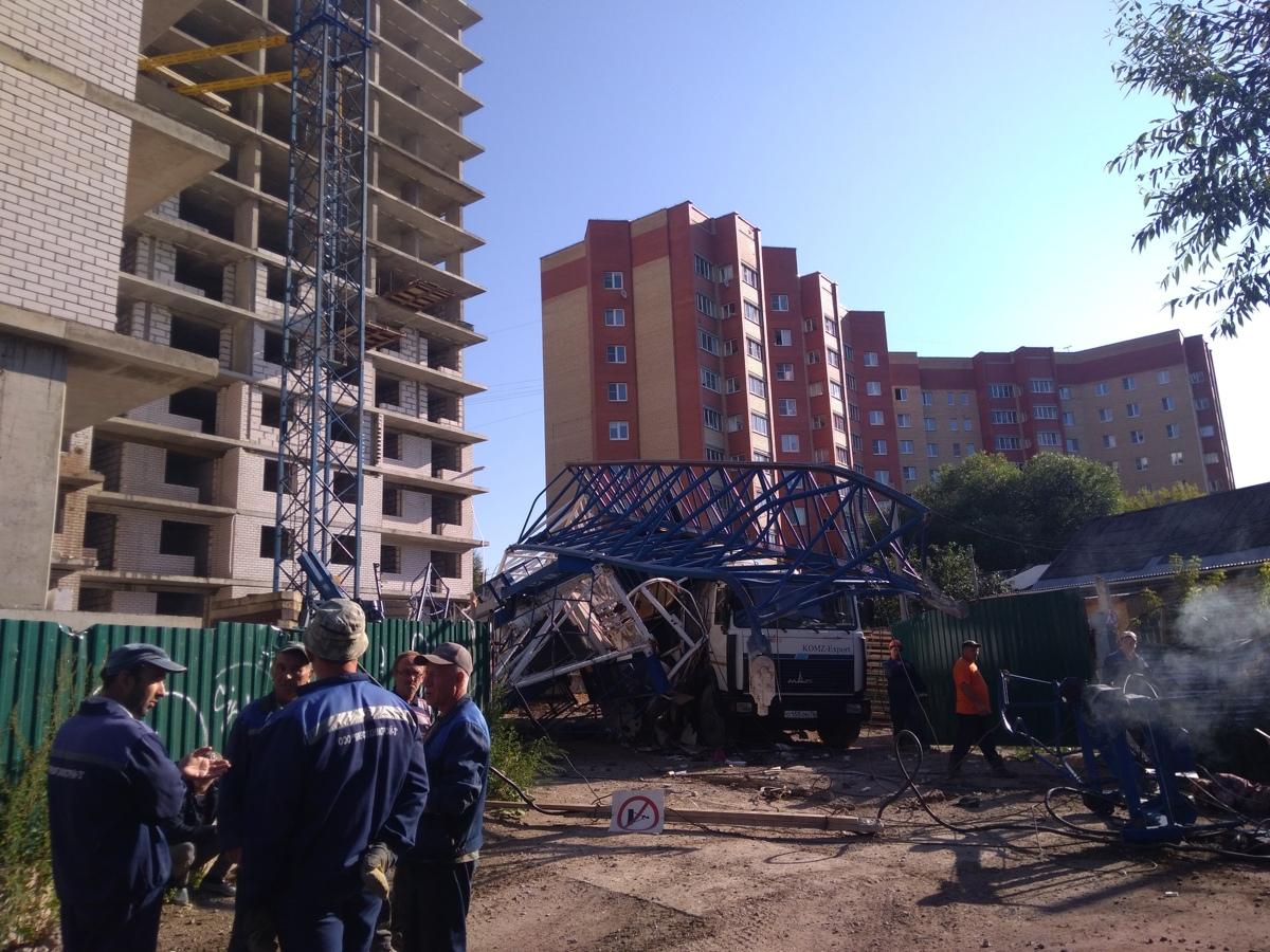В Ярославле строительный кран рухнул на бетономешалку: двое пострадавших