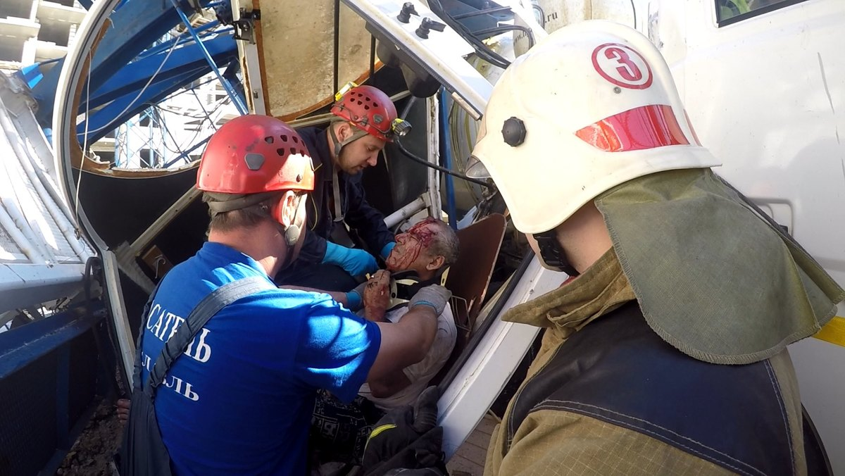 В Ярославле спасателям пришлось извлекать рабочего из упавшего крана