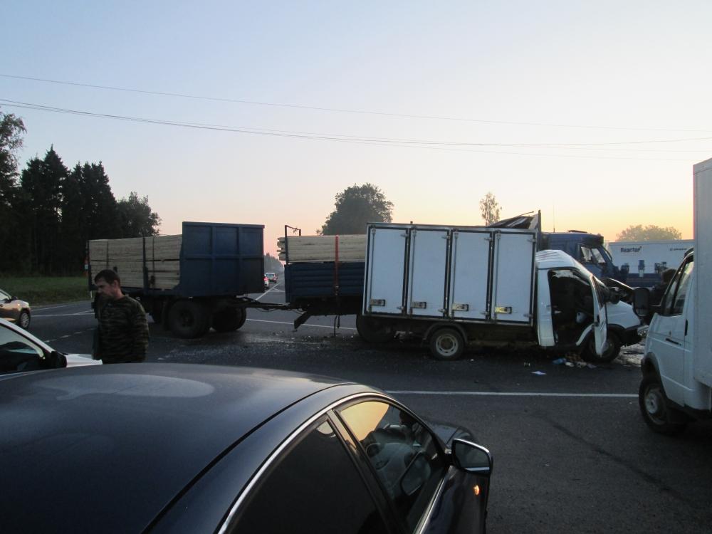 Смертельное ДТП на трассе в Ярославской области: грузовая «Газель» столкнулась с КамАЗом