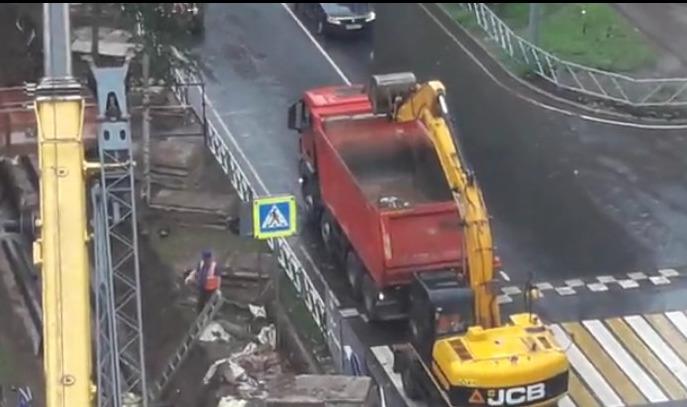 В Ярославле дорожные рабочие копают воздух: видео