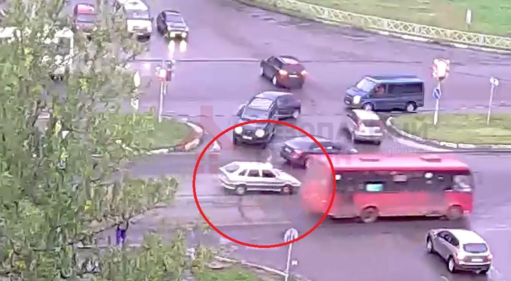 В сети появилось видео, как ВАЗ сбил пешехода в Ярославле
