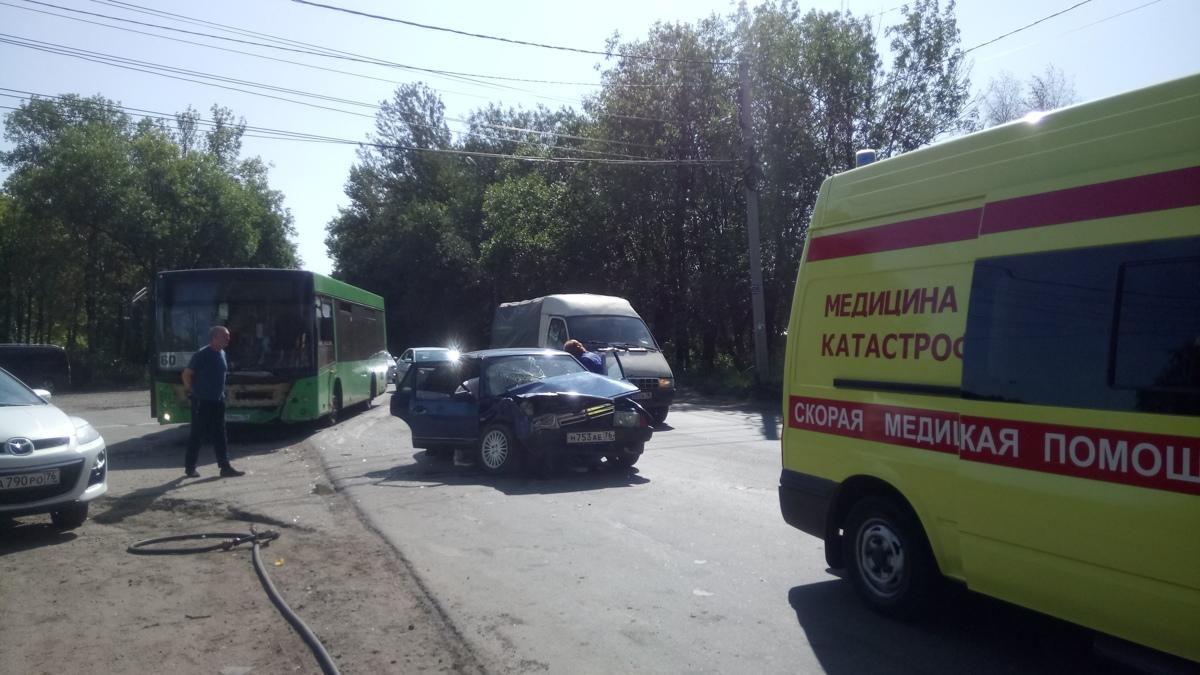 В Ярославле «Лада» протаранила пассажирский автобус: четверо пострадавших
