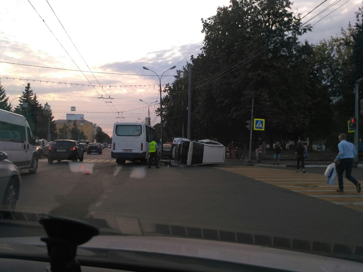 В центре Ярославля внедорожник перевернулся после столкновения с маршруткой: фото