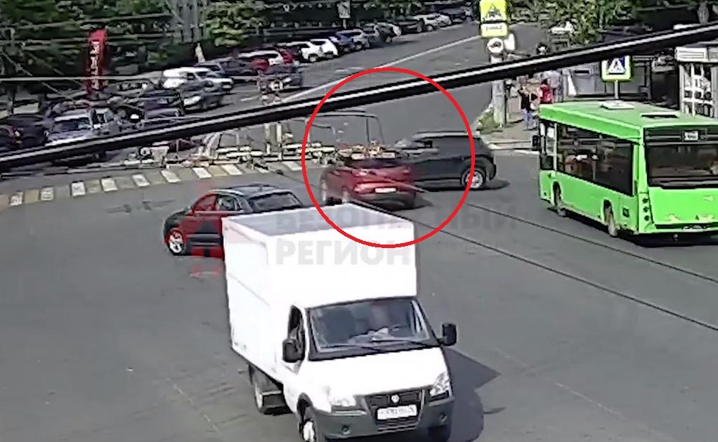 На перекрестке улицы Советской и проспекта Ленина столкнулись две иномарки: видео