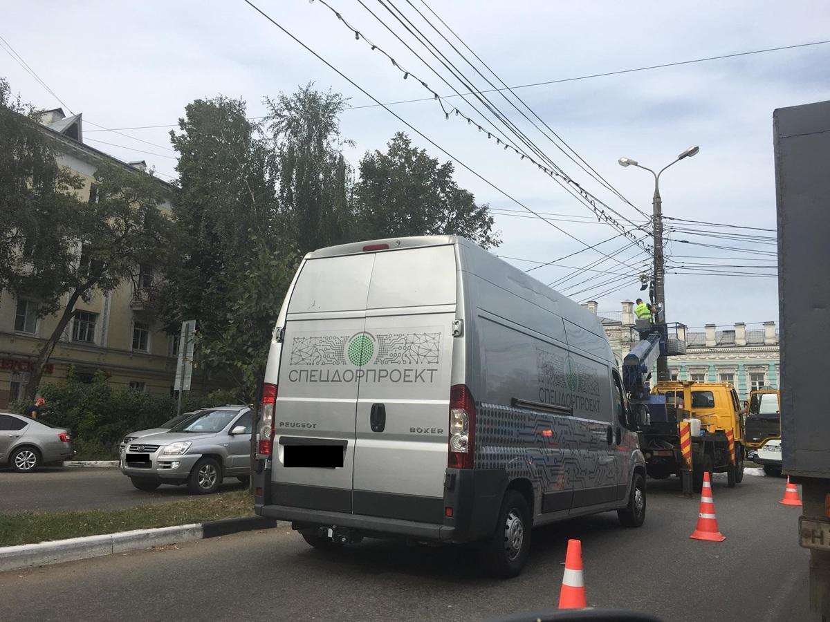 Из-за ремонтных работ в Ярославле парализовано движение на улице Победы
