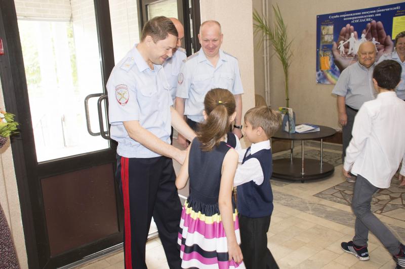 Главный полицейский Ярославской области поздравил детей с предстоящим 1 сентября