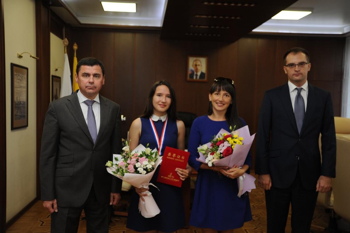 Губернатор поздравил ярославну с серебром Всекитайской олимпиады по математике