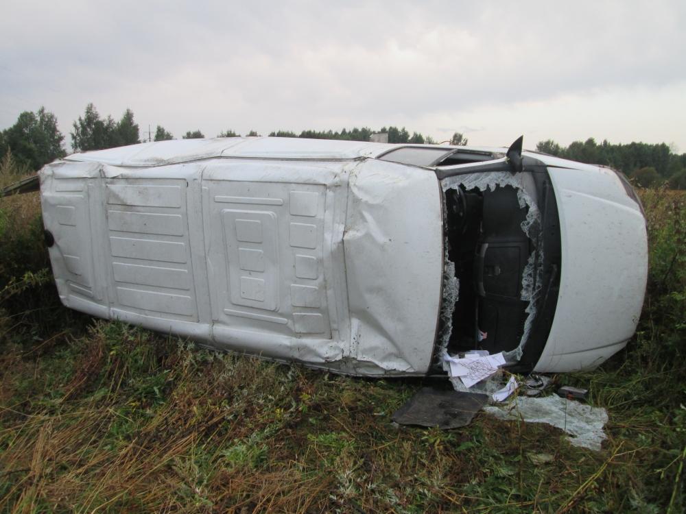 В Ярославской области «Газель» перевернулась в кювет: есть пострадавший