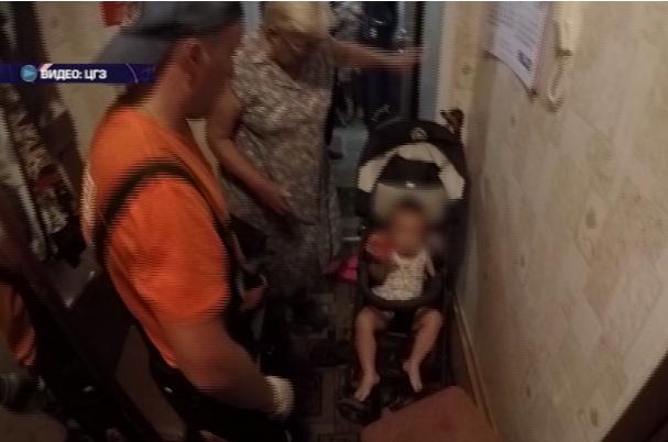 Двухлетний ребенок оказался заперт в квартире с включенным чайником