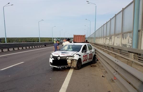 В Ярославле автомобиль такси попал в ДТП на Юбилейном мосту