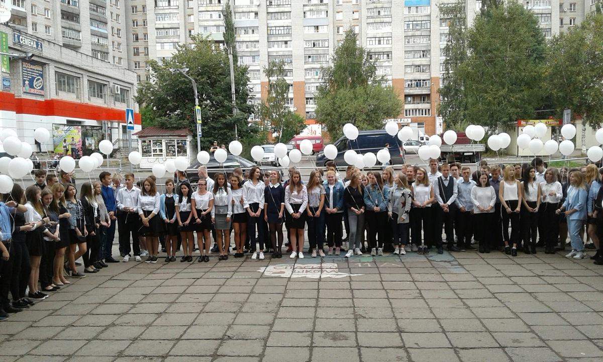 В Рыбинске в память о погибших в Беслане в небо запустили белые воздушные шары