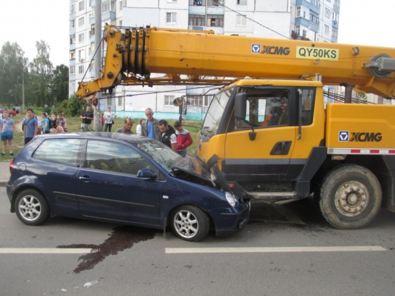 В Ярославле «Фольксваген» лоб в лоб столкнулся с автокраном: фото