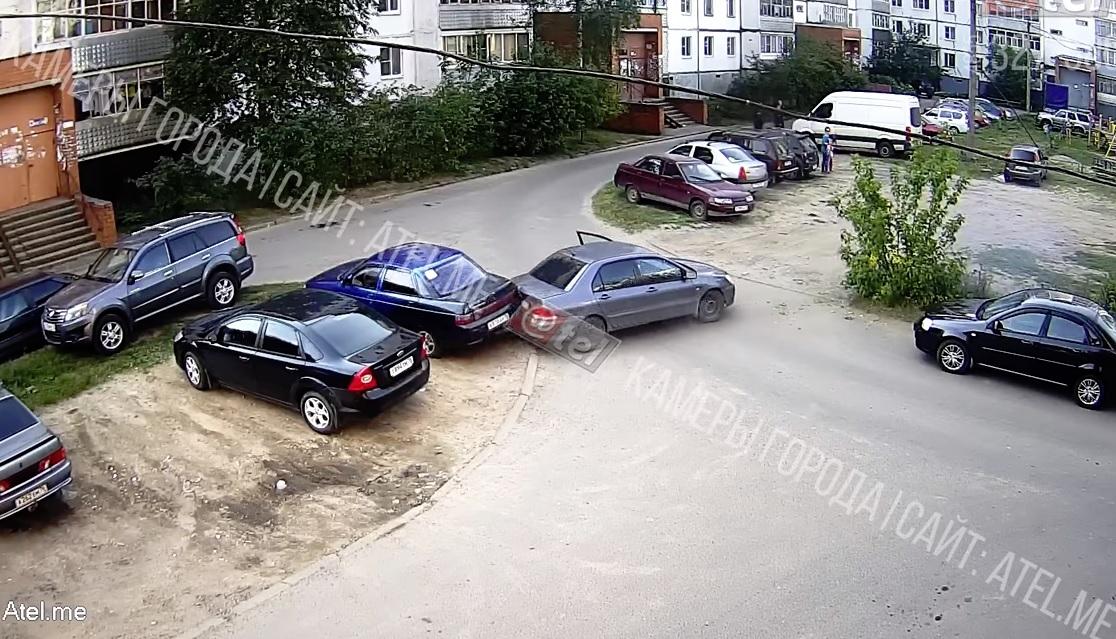 В Рыбинске семилетний мальчик сел за руль авто, спровоцировал ДТП и сбил маму: видео