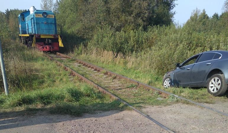 В Ярославской области тепловоз сбил иномарку на переезде