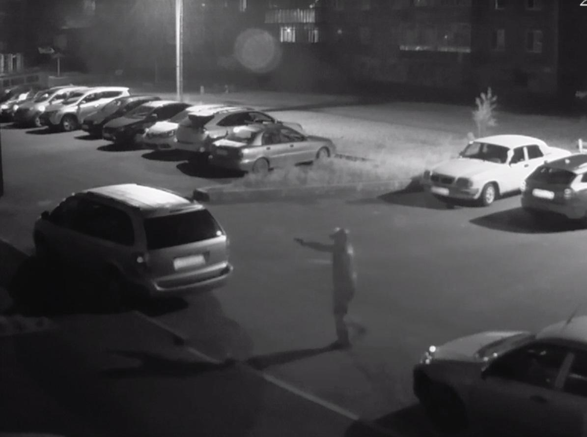 В Рыбинске неизвестный ночью расстрелял припаркованную машину: видео