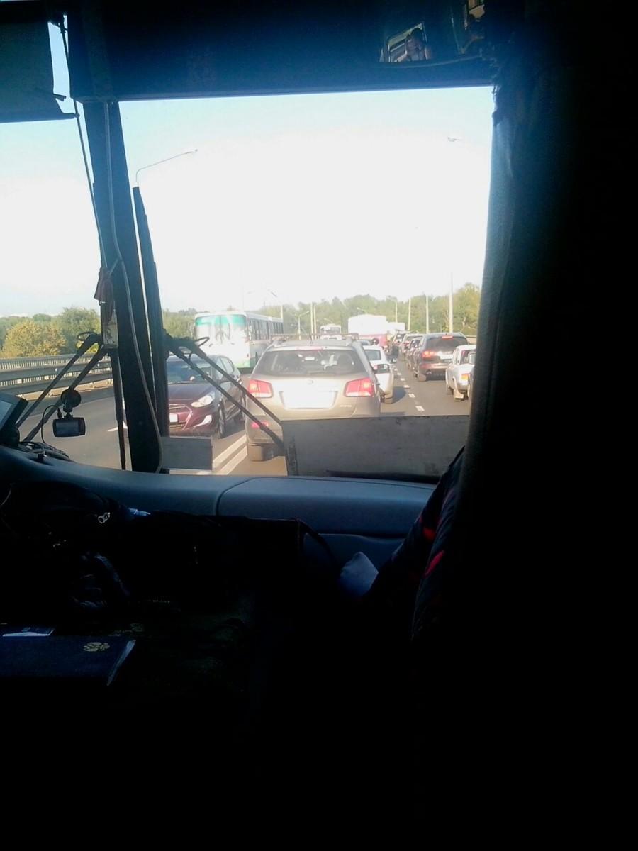 Гигантские пробки в центре Ярославля и на Октябрьском мосту: что случилось