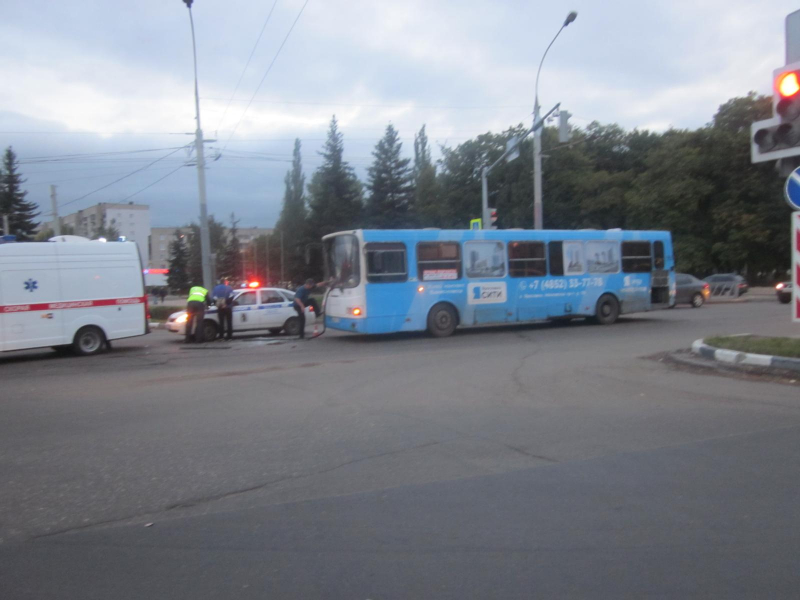 На крупном проспекте в Ярославле КамАЗ столкнулся с автобусом