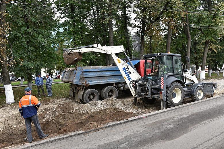 В центре Ярославля обустраивают новую парковку на 37 машин