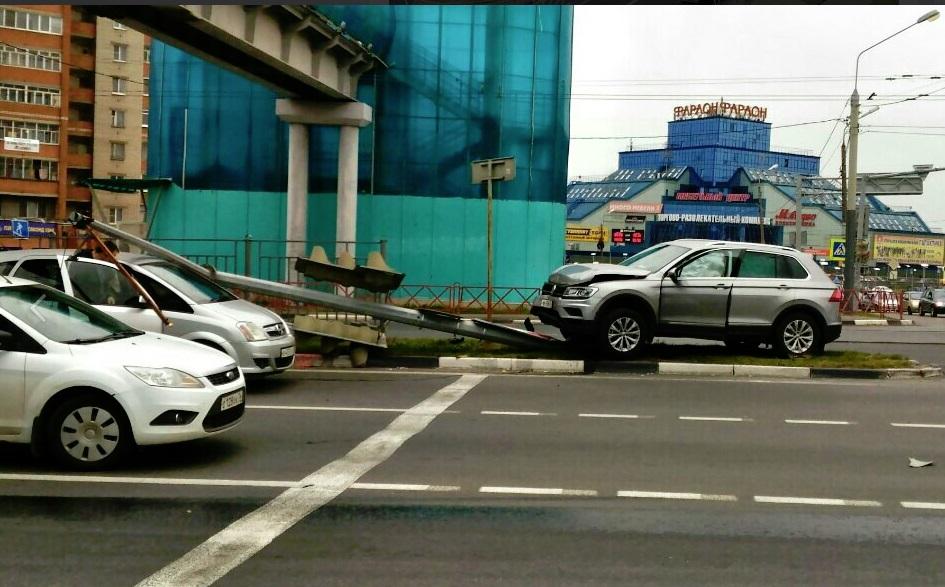 На Московском проспекте в Ярославле иномарка снесла светофор