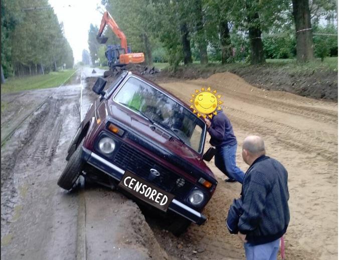 В Ярославле на ремонтируемой улице «Нива» съехала в вырытую дорожниками яму