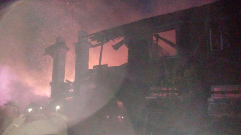 Военных привлекли для тушения горящего здания в Ярославской области